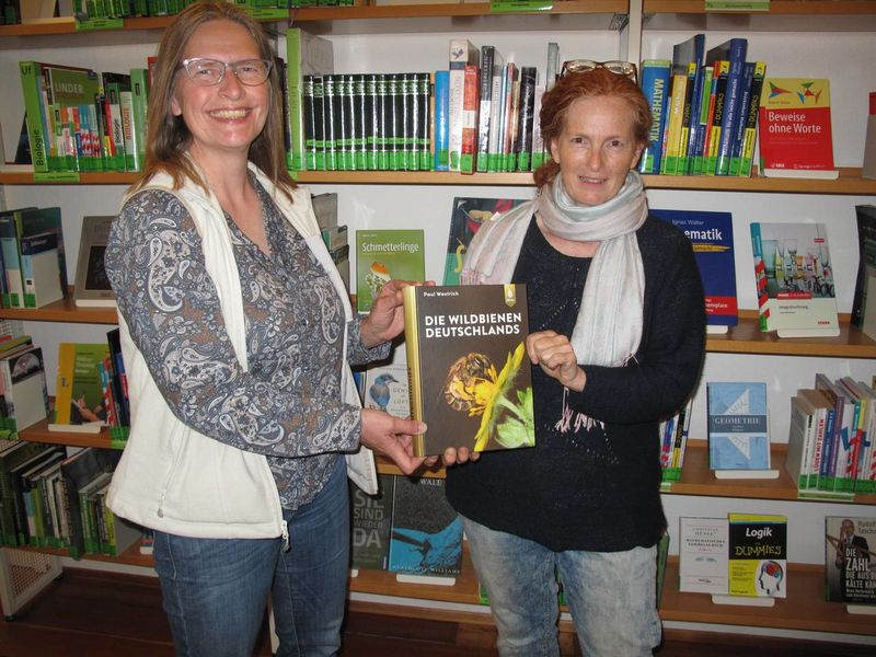 Sabine Knapp überreicht das Wildbienen-Buch an die Stadtbücherei Heppenheim