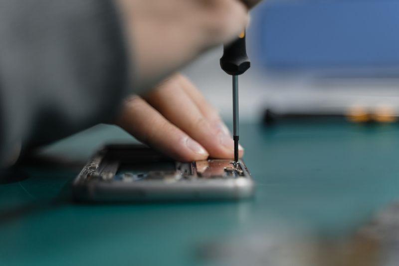 Ein Smartphone wird repariert.