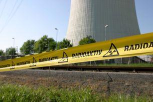 Radioaktiv-Flatterband vor dem AKW Biblis